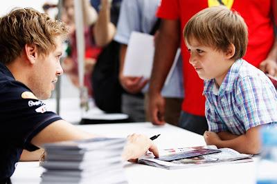 Себастьян Феттель и мальчик на автограф-сессии Монреаля на Гран-при Канады 2011