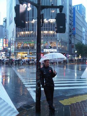Дженсон Баттон под зонтиком на японских улицах в дни уикенда Гран-при Японии 2011