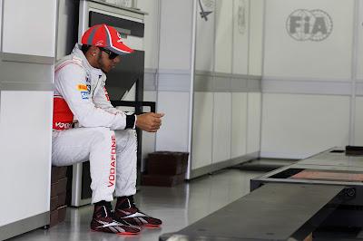 Льюис Хэмилтон сидит в гараже на Гран-при Бразилии 2012