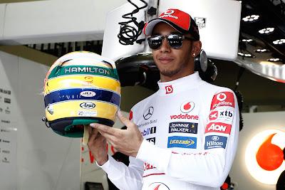 Льюис Хэмилтон демонстрирует заднюю часть шлема в память об Айртоне Сенне на Гран-при Бразилии 2011