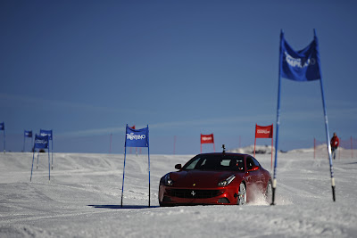 Фернандо Алонсо на машине Ferrari едет по горнолыжному спуску на Wrooom 2012