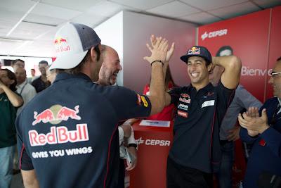 Даниэль Риккардо и Жан-Эрик Вернь соревнуются на тренажере Batak на Гран-при Испании 2013