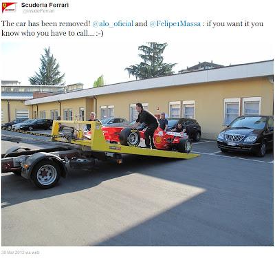 болид Ferrari забирают на эвакуаторе