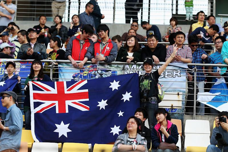 болельщики Марка Уэббера баннера на трибунах Шанхая на Гран-при Китая 2013