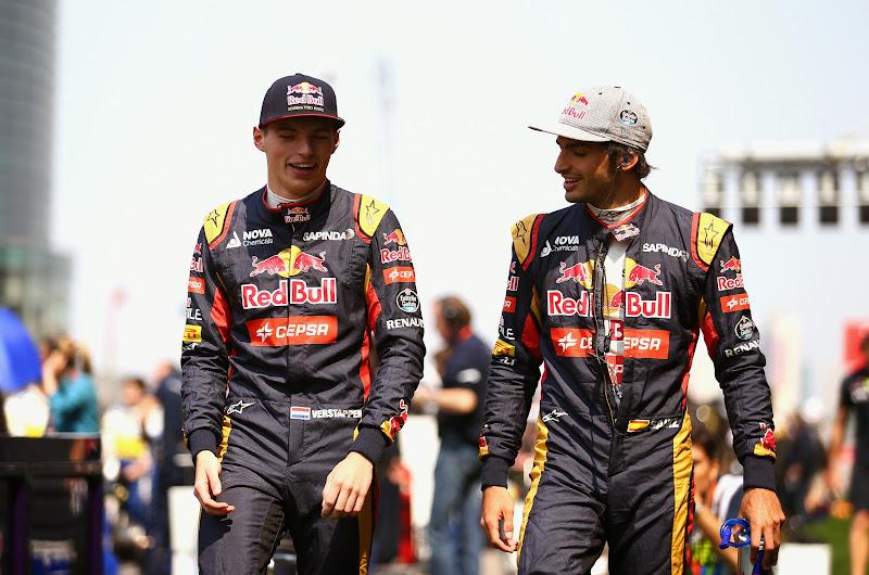 Макс Ферстаппен и Карлос Сайнс гуляют по паддоку Шанхая на Гран-при Китая 2015