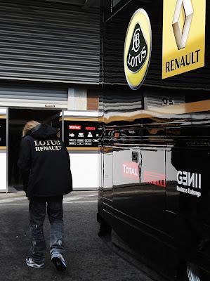 Ник Хайдфельд на пути в гараж Lotus Renault на Гран-при Бельгии 2011