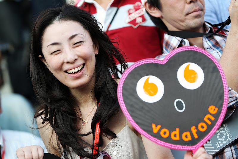 болельщица Vodafone McLaren с табличкой на трибуне Сузуки на Гран-при Японии 2011