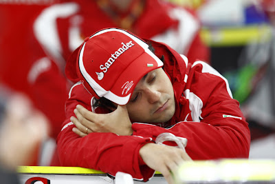 Фелипе Масса спит на заднем крыле Ferrari на Гран-при Кореи 2011