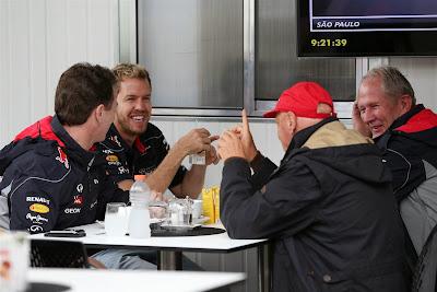 Себастьян Феттель за столом с Хорнером, Лаудой и Марко на Гран-при Бразилии 2013