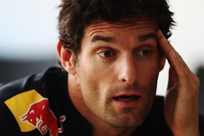 Марк Уэббер дает интервью и держится за голову на Гран-при Монако 2011