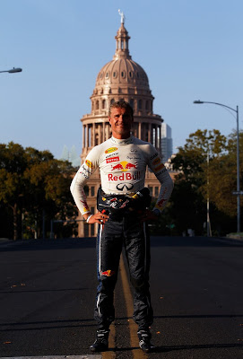 Дэвид Култхард на фоне Texas Capitol в Техасе