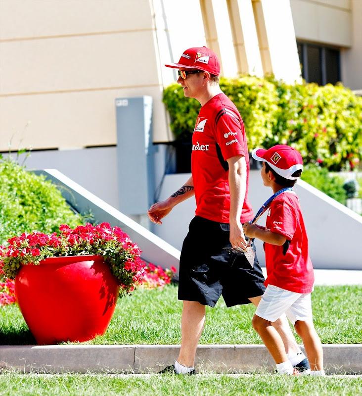 Кими Райкконен встречает маленького болельщика в паддоке Сахира на Гран-при Бахрейна 2014