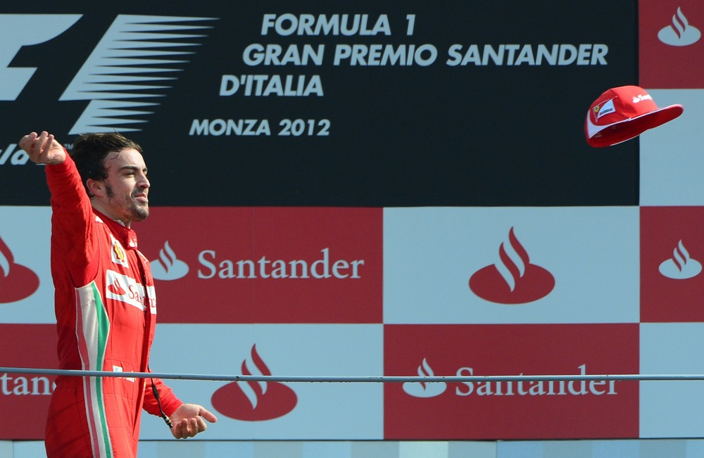 Фернандо Алонсо кидает кепку с подиума Монцы на Гран-при Италии 2012