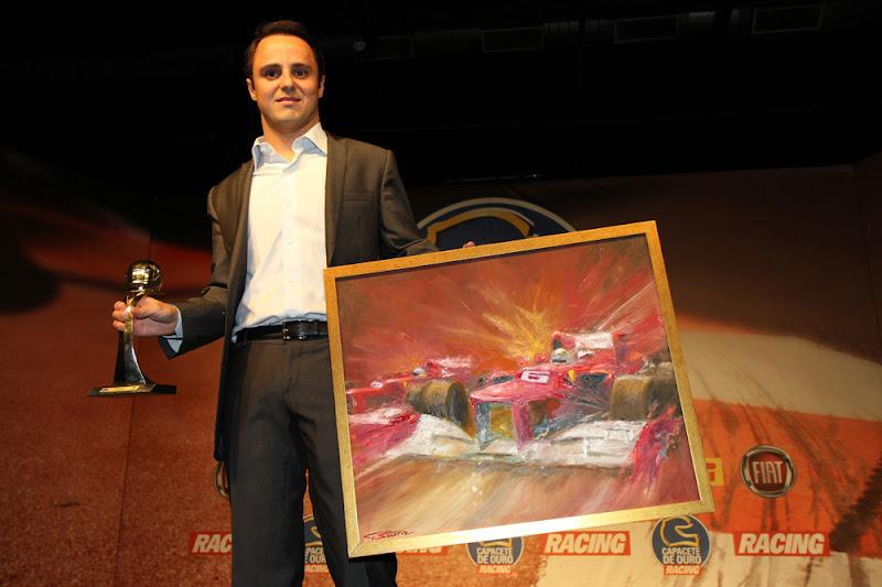 Фелипе Масса с наградой и картиной в Сан-Паулу 2012
