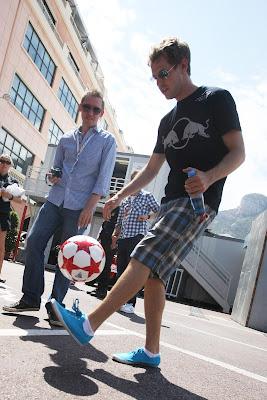 Себастьян Феттель набивает мяч на Гран-при Монако 2011