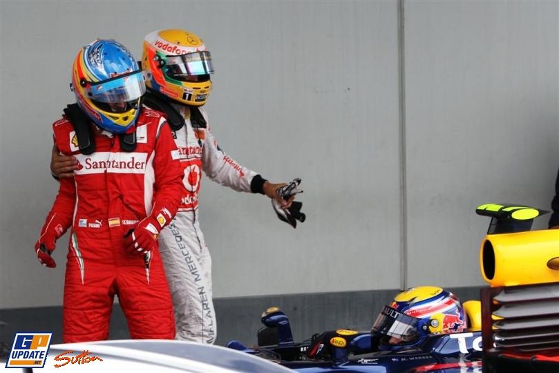 Льюис Хэмилтон обнимает Фернандо Алонсо после финиша гонки на Гран-при Германии 2011