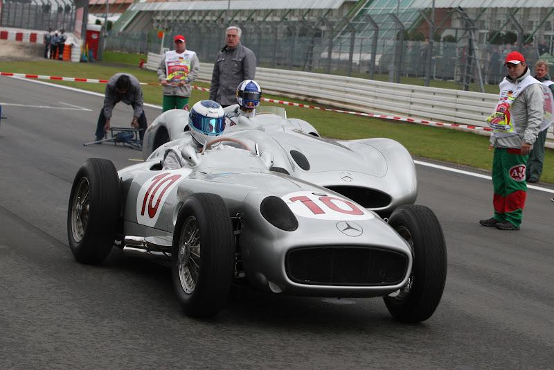 бывшие напарники по McLaren Мика Хаккинен и Дэвид Култхард катаются на исторических болидах Mercedes на Нюрбургринге в дни уикэнда Гран-при Германии 2011