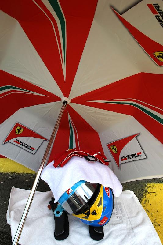 шлем Фернандо Алонсо под зонтиком и полотенцем на Гран-при Бразилии 2011
