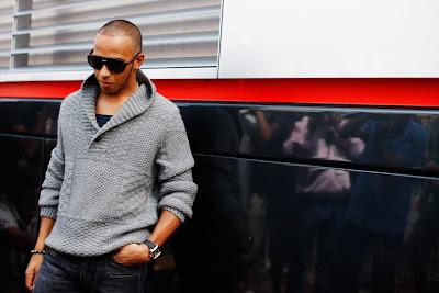 Льюис Хэмилтон в очках и кофте на фотосессии на Гран-при Монако 2011