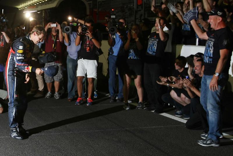 Себастьян Феттель снимает шляпу и кланяться перед командой после победы в личном зачете на Гран-при Японии 2011