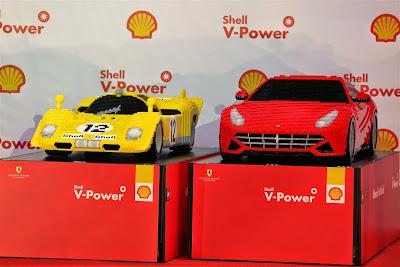 машины Ferrari из лего на Гран-при Сингапура 2014
