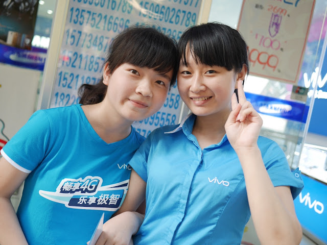 two young women promoting Vivo in Hengyang, Hunan