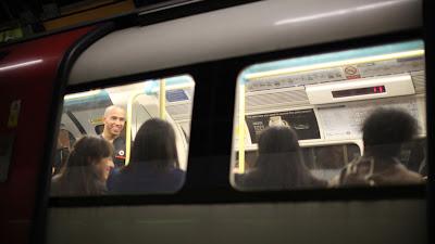 Льюис Хэмилтон в лондонском метро 1 декабря 2011