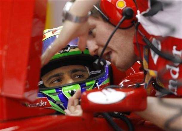 Фелипе Масса слушает Роба Смедли на Гран-при Кореи 2011