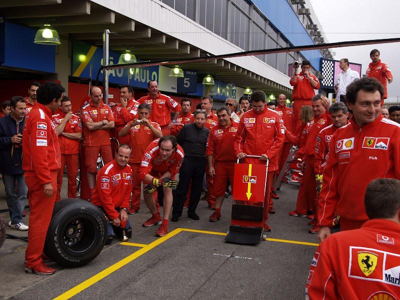 Жан Тодт наблюдает за тренировкой пит-стопа команды Ferrari на Гран-при Бразилии 2004