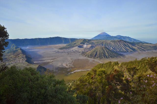 widokówka z parku narodowego Bromo Tengger Semeru. po lewej wioska Cemoro Lawang