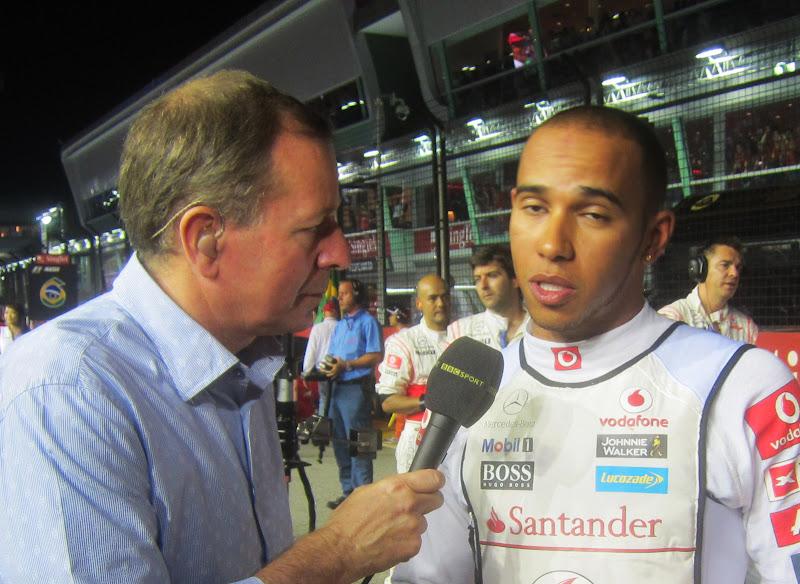 Мартин Брандл берет интервью у Льюиса Хэмилтона для BBC на стартовой решетке Гран-при Сингапура 2011