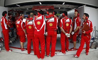Механики Ferrari закрывают новое переднее крыло на болиде Фернандо Алонсо на Гран-при Кореи 2011