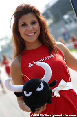 грид-герл и плюшевый бычок на Гран-при Италии 2011