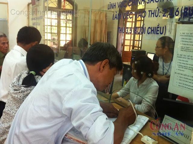Người dân đến làm thủ tục tại Văn phòng cấp Giấy chứng nhận quyền sử dụng đất TP Vinh