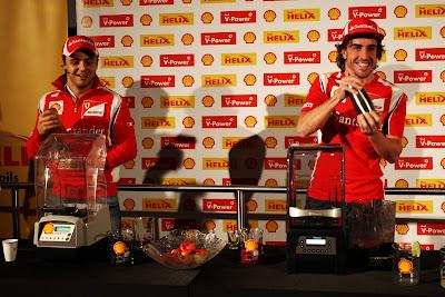 Фелипе Масса и Фернандо Алонсо делают коктейли на спонсорском мероприятии Shell на Гран-при Абу-Даби 2011