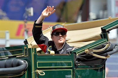 Кими Райкконен в карете на параде пилотов Гран-при Испании 2013