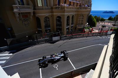 Кевин Магнуссен в McLaren на парковке для инвалидов на Гран-при Монако 2014