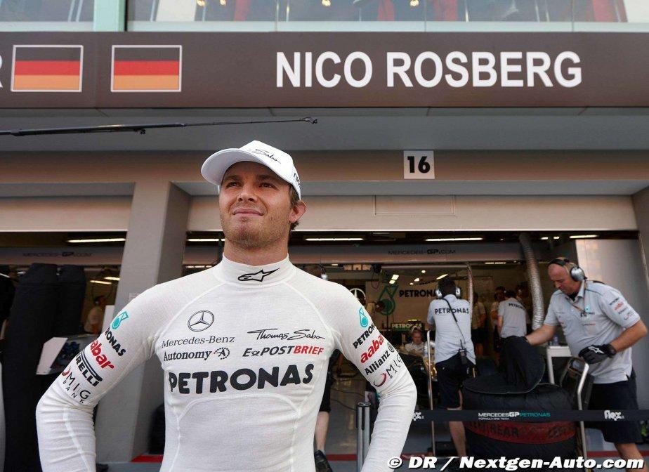 Нико Росберг стоит на фоне гаража Mercedes GP на Гран-при Сингапура 2011