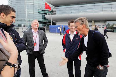 Эдди Джордан рассказывает что-то смешное - Энтони Дэвидсон Джонни Херберт Себастьян Буэми на Гран-при Китая 2012