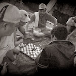 Kierowcy Ojeków godzinami tną w szachy.