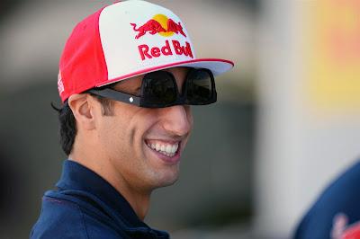 Даниэль Риккардо в перевернутых очках на Гран-при Кореи 2013