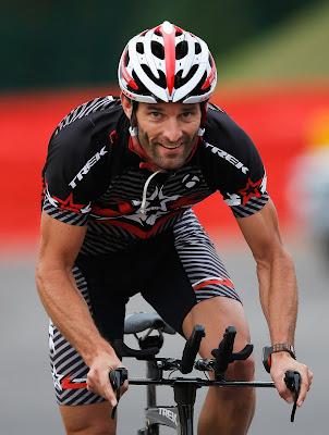 Марк Уэббер едет на велосипеде по трассе Спа на Гран-при Бельгии 2013