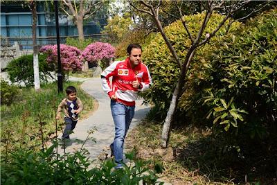 Фелипе Масса убегает от Фелипиньо на Гран-при Китая 2013