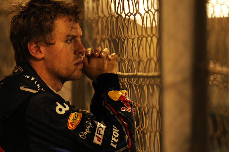 Себастьян Феттель за забором после вылета во время второй сессии свободных заездов на Гран-при Абу-Даби 2011