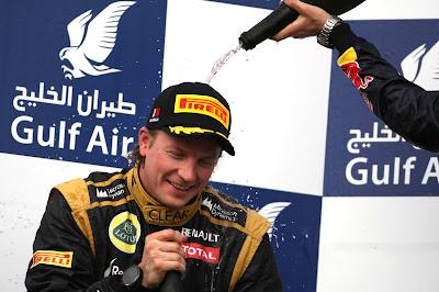 Себастьян Феттель льет шампанское на Кими Райкконена на подиуме Гран-при Бахрейна 2012