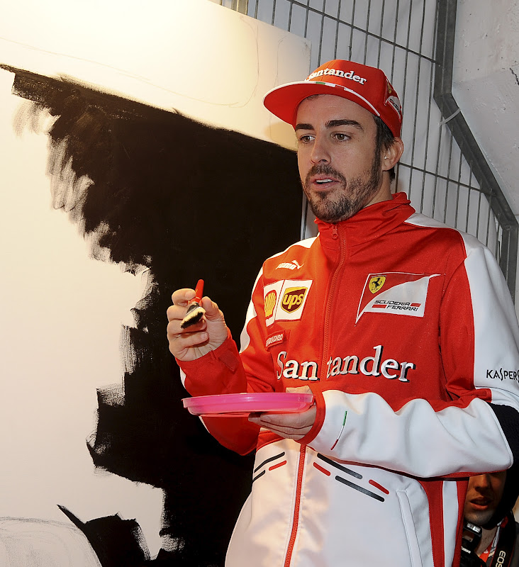 Фернандо Алонсо разукрашивает стену Santander 3 марта 2013