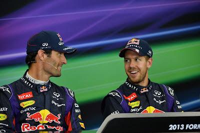 Марк Уэббер и Себастьян Феттель улыбаются на пресс-конференции в воскресенье на Гран-при Японии 2013