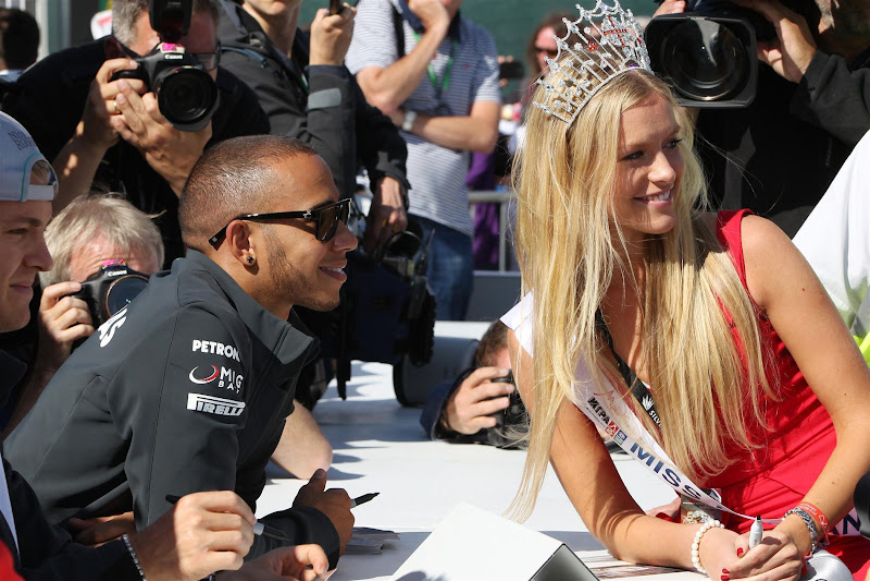 Льюис Хэмилтон и блондинка на автограф-сессии Сильверстоуна на Гран-при Великобритании 2013