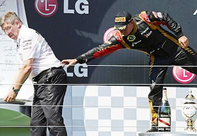 Кими Райкконен притягивает Росса Брауна на подиуме Гран-при Венгрии 2013