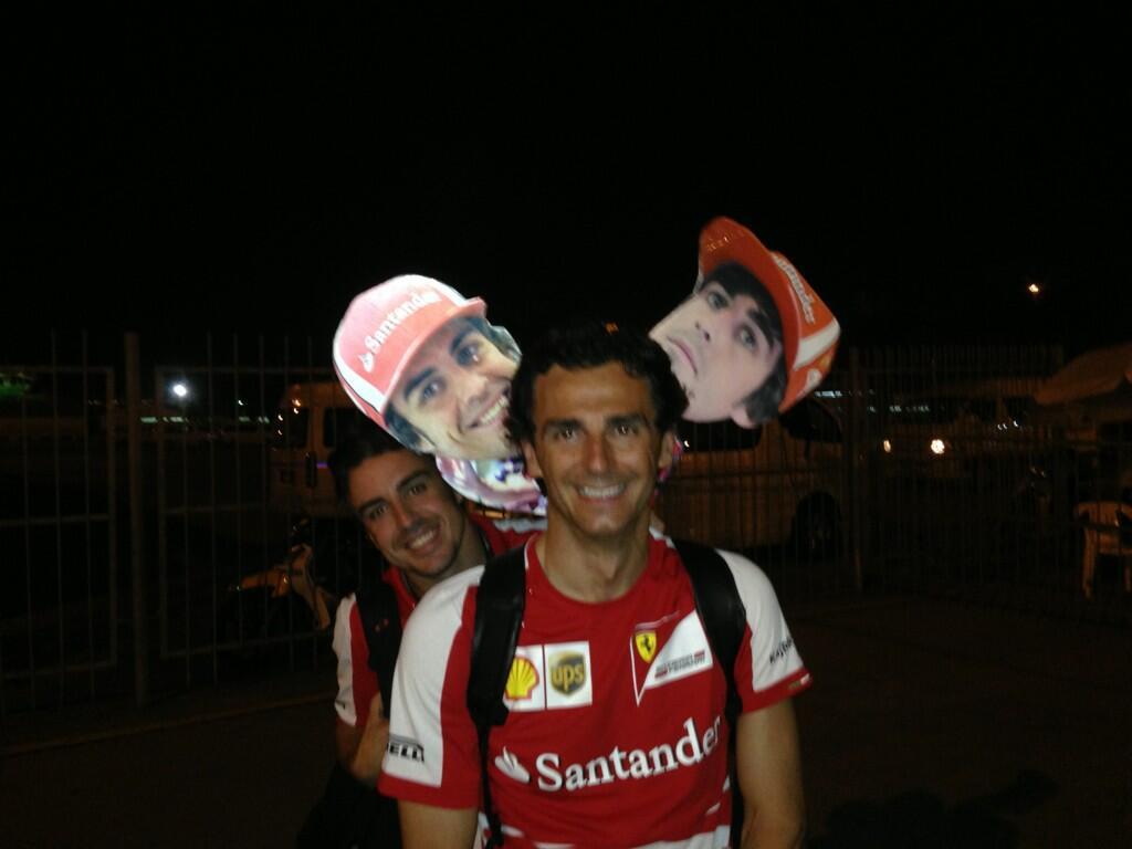 Фернандо Алонсо и Педро де ла Роса с картонными лицами Фернандо на Гран-при Малайзии 2013
